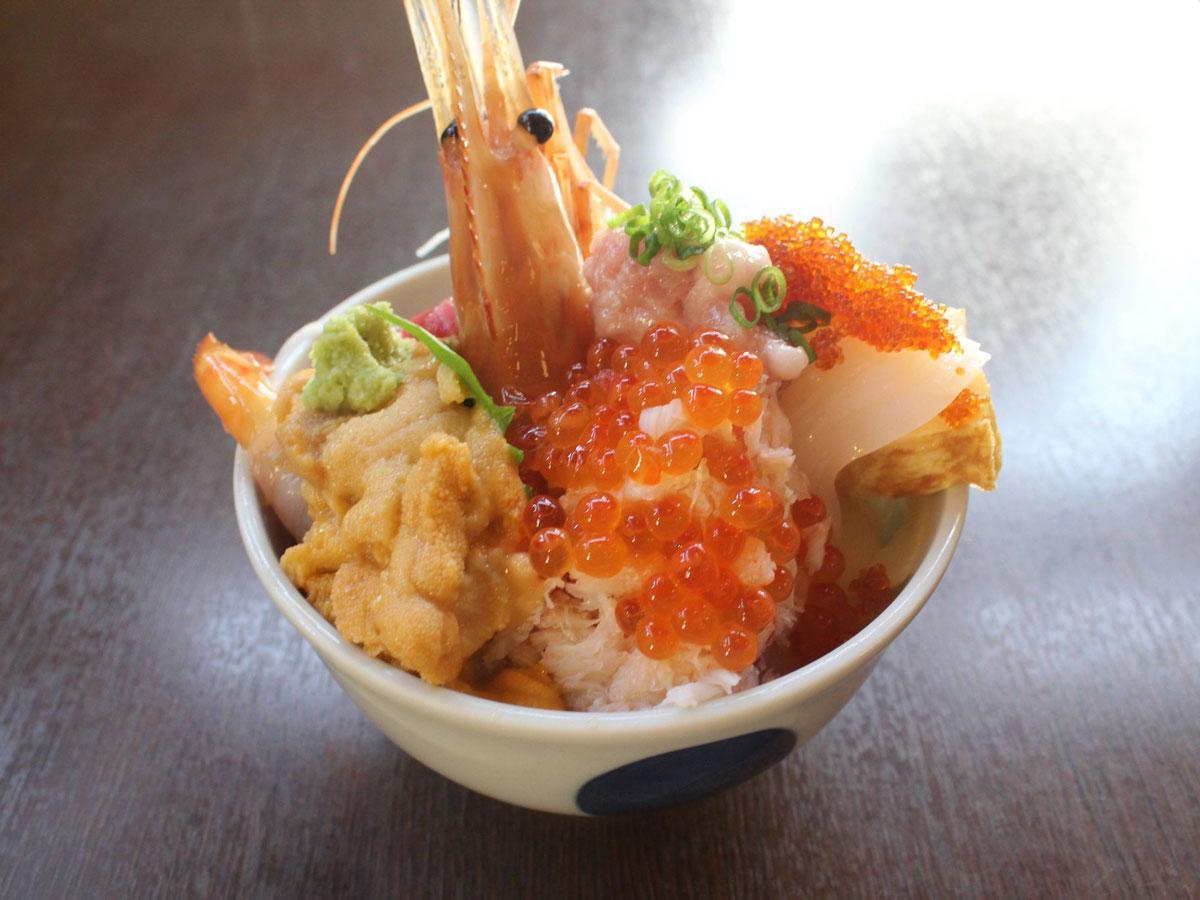 「どーんと!夏の海鮮丼フェア」参加店「小樽たけの寿司」の海鮮丼