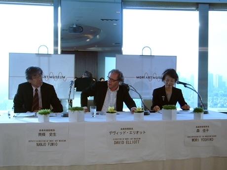 森美術館の館長交代記者会見の模様。(左から)南條史生氏、デヴィッド・エリオット氏、森佳子氏