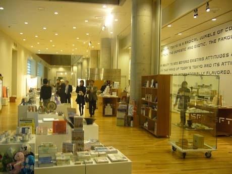 国立新美術館地下1階にライフエディトリアルショップ「CIBONE(シボネ)」によるミュージアムショップ「スーベニアフロムトーキョー」がオープン。写真は店舗内観