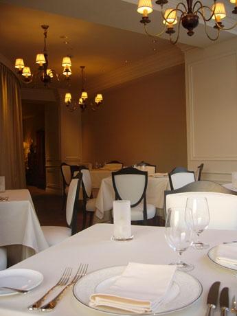 港区・麻布十番2丁目に「身体にやさしい食材や調理法を意識したフランス料理」を提供するフレンチレストランが開店。シェフは三ツ星レストランなどでの修行を経験。写真は店舗内観。