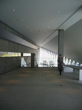 東京ミッドタウン内のデザイン施設「21_21 DESIGN SIGHT」は30日より、オープニング特別企画として「安藤忠雄 2006年の現場 悪戦苦闘」を開催する。写真は同施設のエントランス部分。
