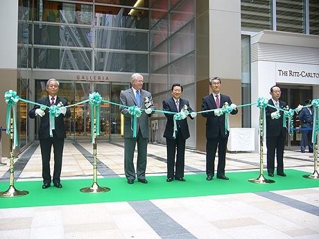 3月30日、東京ミッドタウンが開業した。写真はオープニングセレモニーの模様。左から、赤坂第一商店会の今野信三会長、マリオットインターナショナルのジェームス・サリバン執行副社長、三井不動産の岩沙弘道代表取締役社長、東京ミッドタウンマネジメントの市川俊英代表取締役社長、六本木商店街振興組合の後藤譲理事長。
