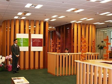 東京ミッドタウンに「りそな銀行 東京ミッドタウン支店」がオープン。有名クリエーターを起用した内装や、取引に生体認証システムを採用した点が特徴。