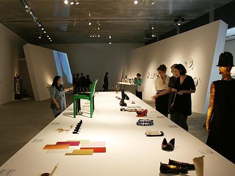 東京ミッドタウン内のデザイン施設「21_21 DESIGN SIGHT」では4月27日より、第1回企画展「チョコレート」を開催する。写真は展示風景(内覧会の模様)。