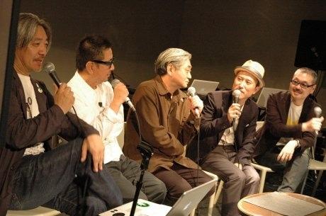 東京・西麻布で5月18日、坂本龍一さん率いるプロジェクト「stop-rokkasho」1周年記念イベントが開催、新たに法人を立ち上げると発表した。写真は同日行われたトークイベントの様子。写真左から坂本龍一さん、桑原茂一さん、細野晴臣さん、高橋幸宏さん、吉村栄一さん。