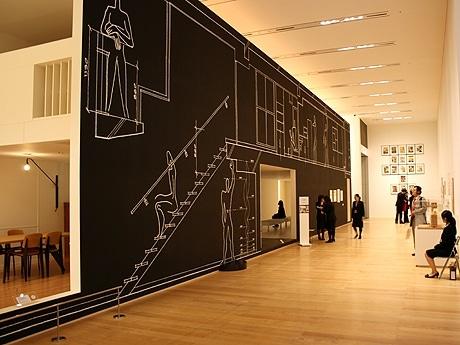 森美術館で5月26日より開幕する展覧会「ル・コルビュジエ展:建築とアート、その創造の軌跡」が報道関係者が公開された。写真は集合住宅「マルセイユ・ユニテ・ダビダシオン」の実寸大再現模型。中に入り空間を体験することができる。