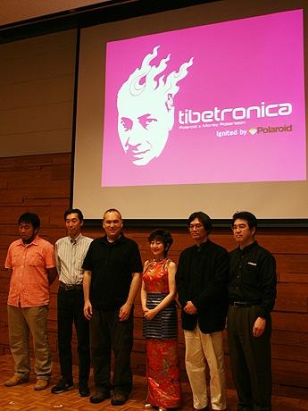 六本木の国際文化会館で6月15日、日本ポラロイドがサポートするアートプロジェクト「チベトロニカ・プロジェクト」の活動報告会が開催された。写真はプロジェクト参加メンバーで、写真左から3人目がプロデュース・総指揮を務めたモーリー・ロバートソンさん。