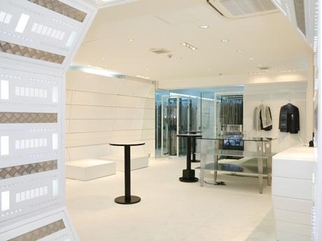 「iPod」や「Suica(スイカ)」向けの機能を加えたスーツを販売するショップが東京ミッドタウン近くに開店。店舗は「宇宙船」をイメージし、開発中の商品も展示する。写真は店舗内観。