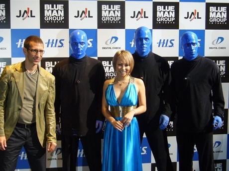 渋谷の「O-EAST」で「ブルーマングループ IN 東京」の東京公演制作発表会が開かれた。アジアでの公演は初。顔を青く塗った男性3人がパフォーマンスを披露する。写真は発表会の模様。左はファウンダーのマット・ゴールドマンさん、中央はプレゼンターとして出席した歌手の倖田來未さん。