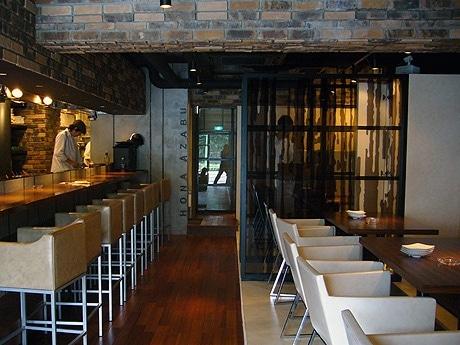 「ニューヨークの古い工場地帯」をイメージしたという店内。左手にカウンター席、右手にテーブル席、奥に個室が2室ある。
