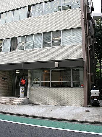 写真=「GALLERY SIDE 2」が入居するビルの外観(1階部分に入居)。