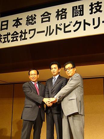 写真は会見の様子。左から福田富昭氏、木下直哉氏、安田隆夫氏。
