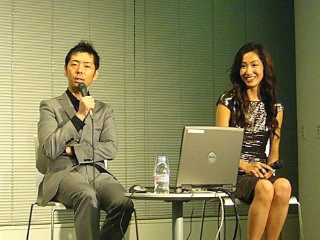 写真=トークショーで参加者からの質問に答える佐藤可士和さん・悦子さん。