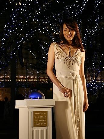 写真=クリスマスイルミネーションの点灯式に出席した女優の米倉涼子さん