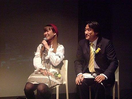 写真=トークセッションに出席した雨宮処凛さん、川田龍平さん