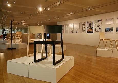 写真=会場風景。手前のいすはアンネ ホロパイネンさんデザインの「Kiiku」。