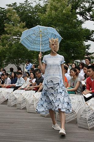 写真=「東京コレクション・ウィーク」のオープニングを飾った「mintdesigns(ミントデザインズ)」。