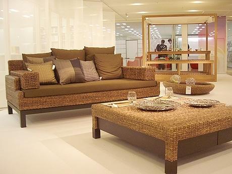 写真=「YOTHAKA(ヨタカ)」社のソファとテーブル
