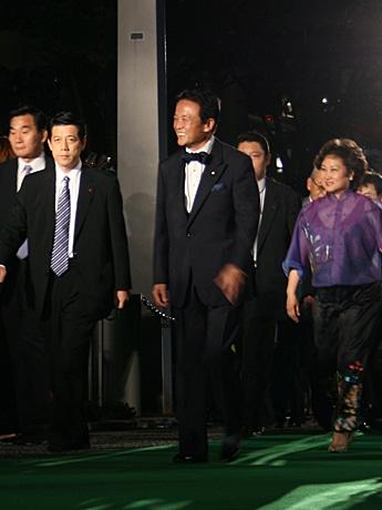 写真=「第21回東京国際映画祭」の「グリーンカーペット」に出席した麻生首相。
