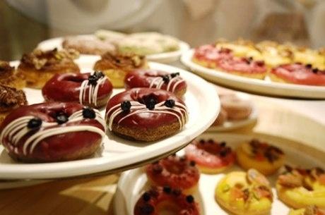 フランス菓子のトッピングを取り入れた、見た目にも華やかなドーナツ。