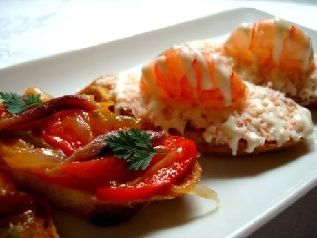 コース料理の一部、パプリカのピペラーダとアンチョビ。
