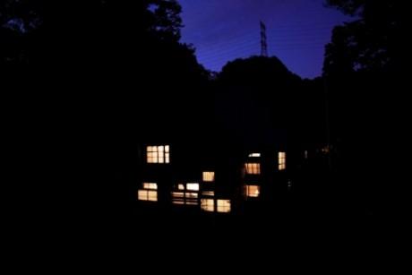 無人の古民家に電球を配し、ゆっくりと明滅を繰り返す近藤さんの作品。