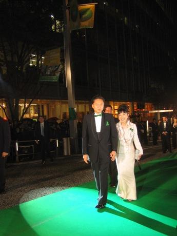 地球環境にやさしい「グリーンカーペット」を歩く鳩山首相と幸夫人。