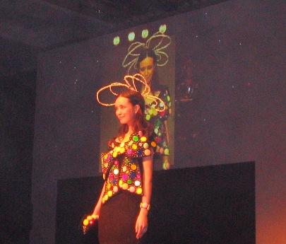 チョウをイメージして制作したという鎧塚俊彦さんの作品。