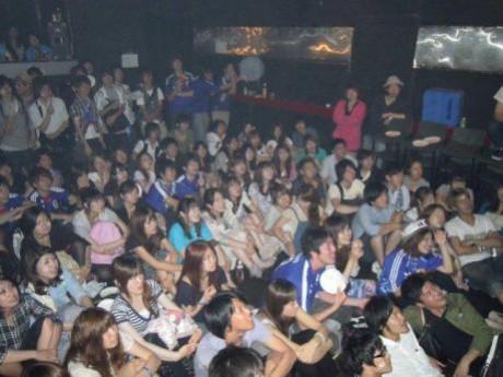 日本の勝利を祈って試合を見つめる来場者たち。会場は声援の熱気に包まれた。