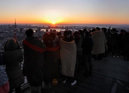 スカイデッキから初日の出を眺める人々(写真=2009年元旦)