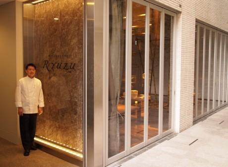 地下とはいえ、太陽の光がふんだんに入る店頭でシェフの飯塚隆太さん