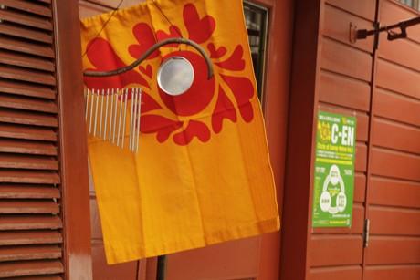 店頭に掲げられた「太陽旗」が目印