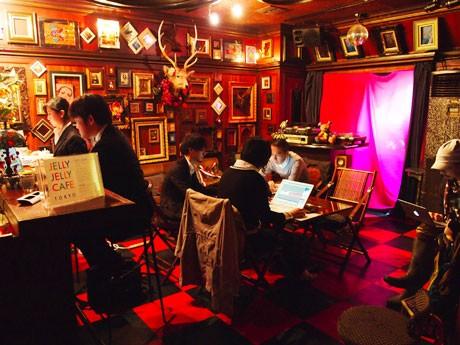 夜はバーラウンジとなる空間で各自持参したパソコンで仕事をする店内