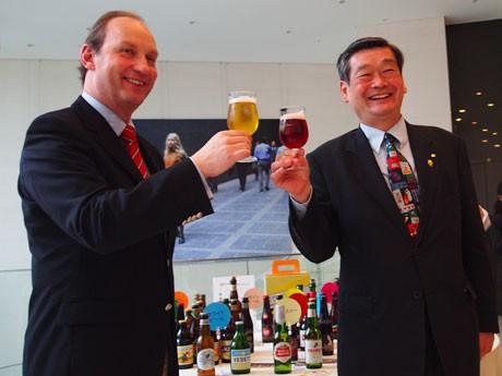 駐日ベルギー王国大使のリュック・リーバウトさん(左)と実行委員長の小西新太郎さん(右)