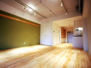 雑居ビルの一室を岡山県産ヒノキの間伐材でリノベーション-西麻布