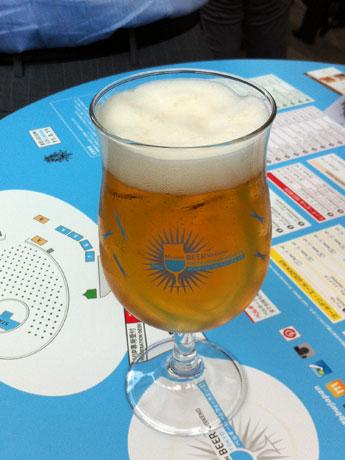 オリジナルグラスに注がれたビール