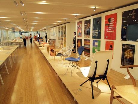 椅子やポスターが並ぶ会場
