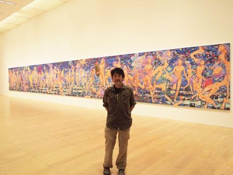 未完成の新作「ジャンブル・オブ・100フラワーズ」の前に立つ会田誠さん