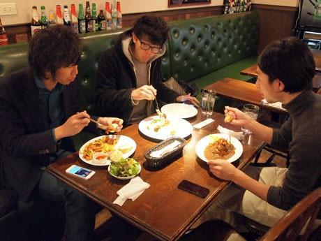 早速「まかない」を食べるタイマーズの高橋さん、田和さん、村石さん