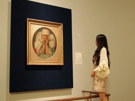 「ヤロスラヴァの肖像」と対面するベッキーさん ©Mucha Trust 2013