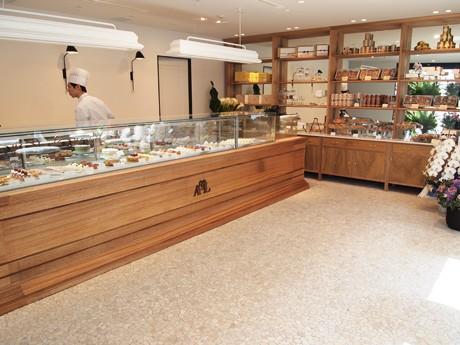 明るい店内にフランスの伝統菓子がずらりと並ぶ