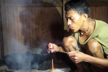 竹楽器を制作する現地男性