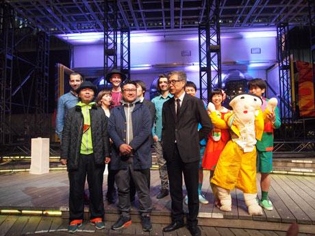 南條史生実行委員長、日比野克彦さん、齋藤精一さん、参加アーティストら