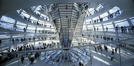 フォスター+パートナーズ「ドイツ連邦議会新議事堂、ライヒスターク」1992-1999年、ベルリン、撮影:Rudi Meisel