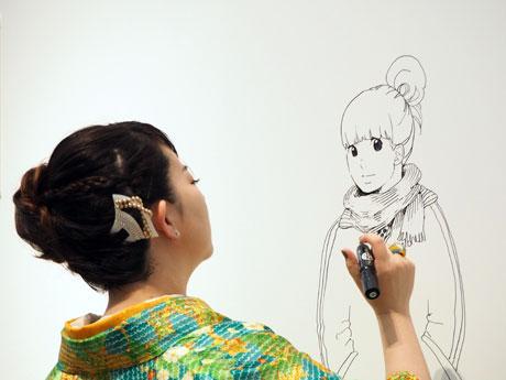 直筆のイラストを描く東村アキコさん