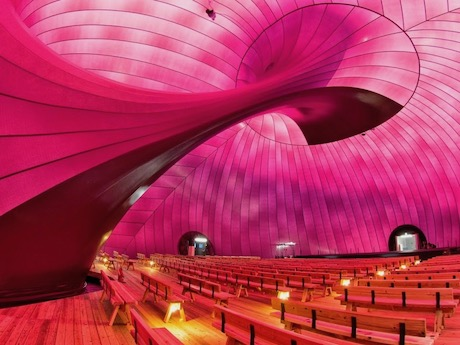 各種イベントが行われる巨大な移動式コンサートホール「アーク・ノヴァ」