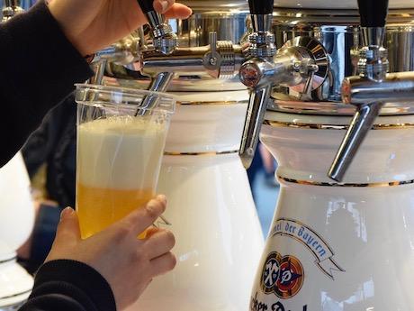 ドイツビールなど、ドイツのグルメも豊富に提供する
