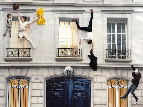 レアンドロ・エルリッヒさんの参加型インスタレーション 「建物」2004年 展示風景:104-パリ、2011年(参考図版)