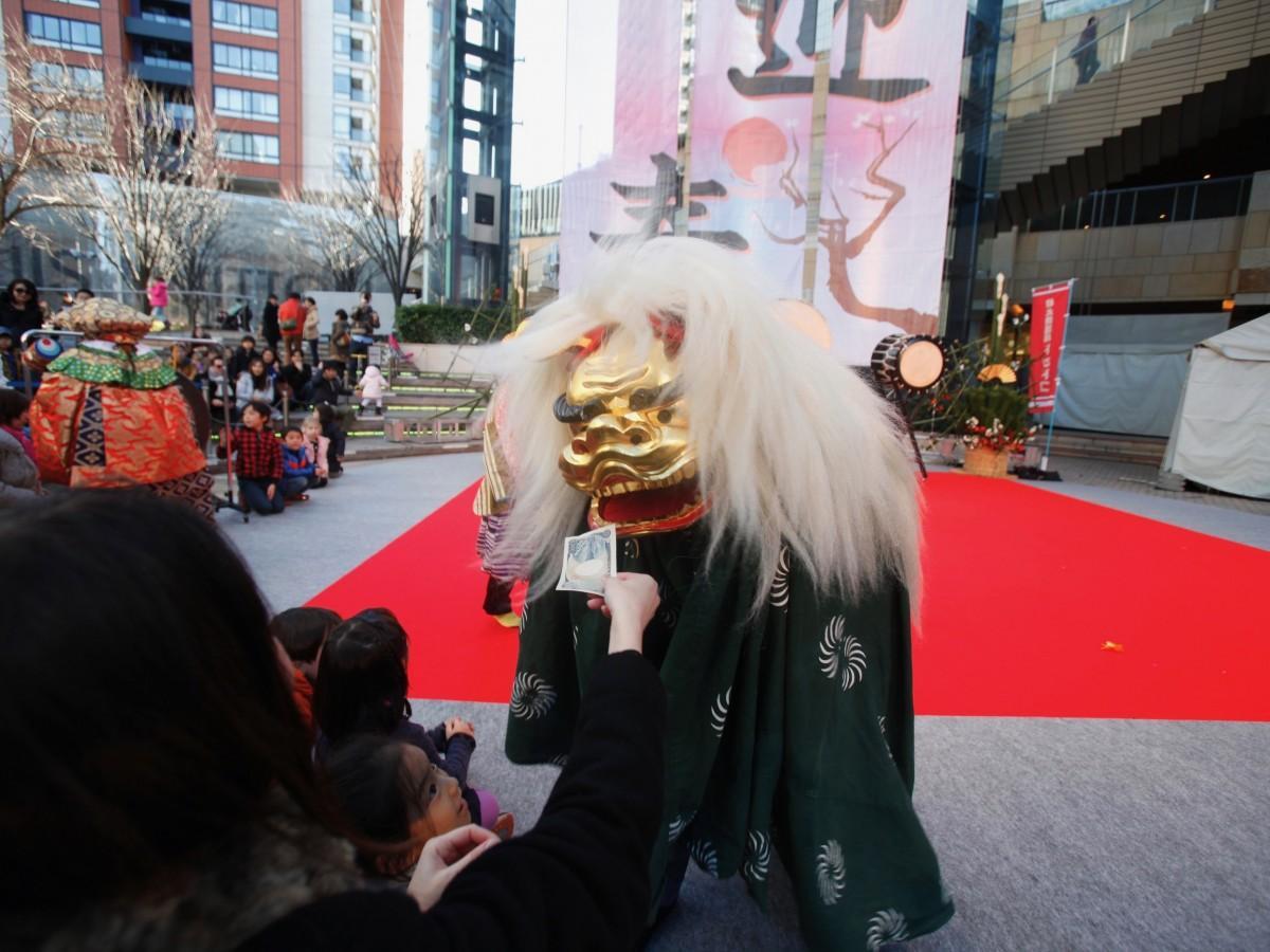 「六本木ヒルズのお正月2018」では新年を祝う獅子舞が登場する