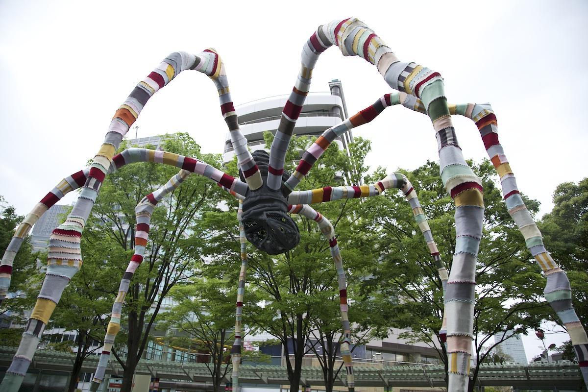 毛糸の編み物で覆われた巨大彫刻「ママン」